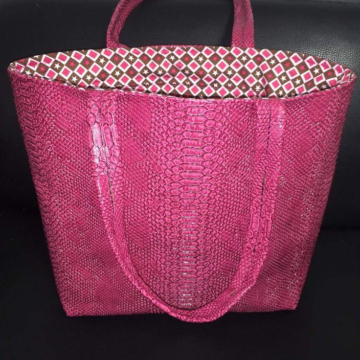 Bonjour, Vous étiez nombreuses à le demander, je vous propose donc un sac simplifié au maximum. Ce sac est aux dimensions d'un célèbre sac à paillettes. Voici le pas à pas en photos. A très vite et bonnes cousettes! Viny. tissus sur www.e-mercerie.com Sac...