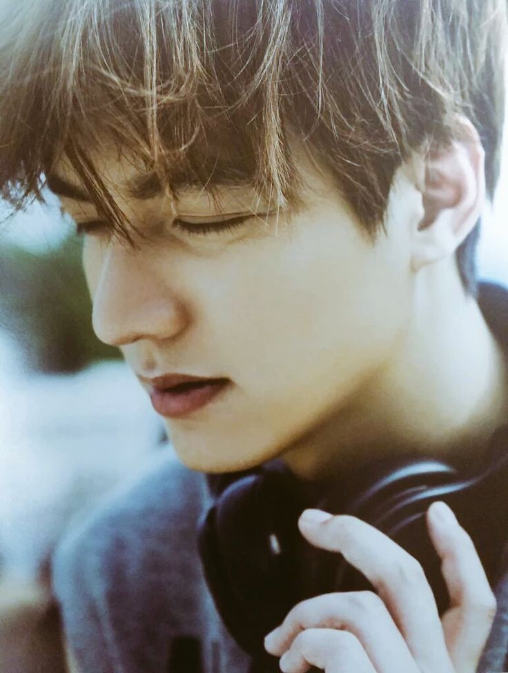 Scan from official Minoz Lee Min Ho calendar for 2016.