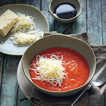 Tomatensuppe mit Spitzpaprika und Rohmilchkäse