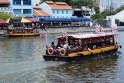 "#2 [DAY1-SORE] Jalan2 sore di Singapore River, menikmati nuansa lokal sambil napak tilas sejarah Singapore. Enjoy the colourful and romantic history of the river and the myths and legends. Kita akan menyusuri sungai naik tongkang, berinteraksi dengan warga lokal, mengambil foto dan spot bersejarah disepanjang sungai, lanjut ke Marina Barrage, yg pemandangannya cantik banget. Disana ada food court 24 jam namanya ""Satay by The Bay"" patut dicoba. Banget! #SGTravelBuddy"