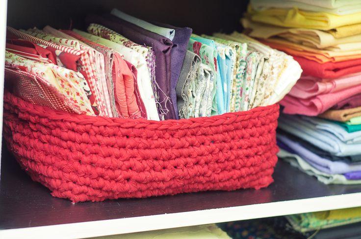 Una de las cosas que más apasiona en los talleres de trapillo son las cestas.  En Home Suit Home  las hemos estado haciendo redondas con asa...
