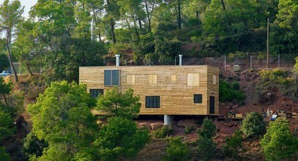 Casas de madera y construcción de viviendas sostenibles. La madera es un material muy utilizado en la construcción de viviendas sostenibles, si bien las modernas casas ecológicas o incluso bioclimáticas poco tienen que ver con la típica casit...