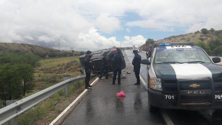 Por descuido vuelca familia en carretera a Cuautémoc; un herido de gravedad | El Puntero