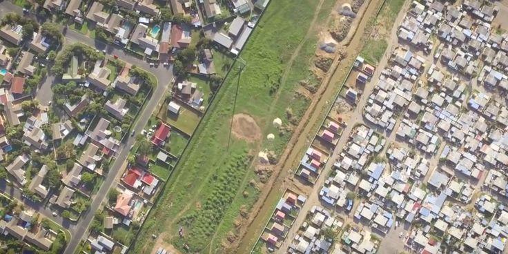 Es sind Bilder, die fast unwirklich wirken.  Der amerikanische Fotograf Ungleiche Welt: Prachtvillen links - Slums rechts:Johnny Miller hat für ein eindrucksvolles Fotoprojekt Dronenaufnahmen der südafrikanischen Stadt Kapstadt gemacht. Das