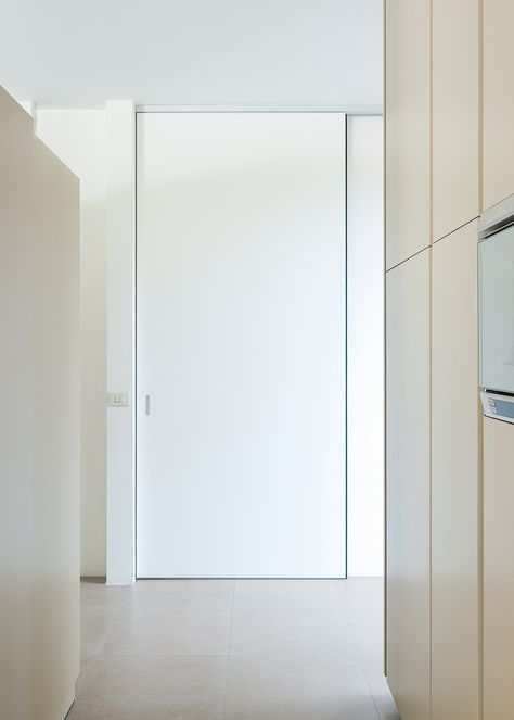 moderne schuifdeur met ingebouwde greep en aluminium bovenrail