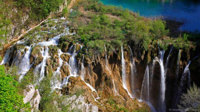 Chuỗi hồ Plitvice, Croatia. Trong một công viên quốc gia có rừng bao phủ ở Croatia, một chuỗi 16 hồ nước liên kết với nhau thành tầng thác nước. Các hồ nước được tách khỏi nhau bằng các đập đá vôi tự nhiên. Được tuyên bố là Công viên Quốc gia vào năm 1949, chuỗi hồ Plitvice là Địa điểm Di sản Thế giới của UNESCO. Công viên rất đa dạng về sinh học, bao gồm cả các loài động vật quý hiếm như mèo rừng, chồn nâu và chó sói.
