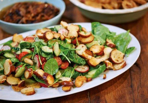Brezensalat Schön sommerlich mit Radieschen, Tomaten und Spinat.