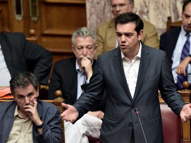 Em discurso no Parlamento, o primeiro-ministro da Grécia, Alexis Tsipras, voltou a afirmar que assinou um acordo no qual não acredita para evitar uma 'tragédia' (Foto: Aris Messinis / AFP)