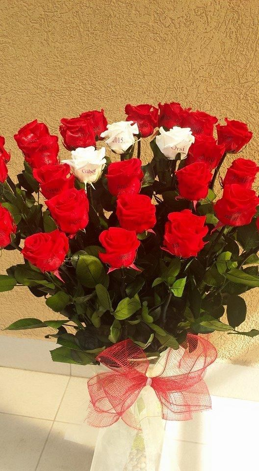 Örök rózsacsokor mely víz nélkül évekig ugyanígy tündököl.Gravírozott rózsával 30szál:135.000Ft