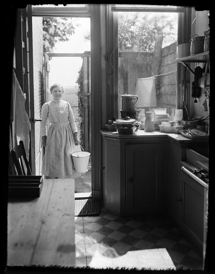 Dienstbode Mina Montanus in de keuken, Leiden (1914), fotograaf Katharina Behrend
