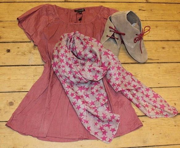 MIN VEN ROSA    Rosa top fra Tankestrejf med elastik i halsen, stylet med tørklæde i grå med pink stjerner. Tørklædet er lidt mindre og derfor perfekt til håret. Ruskinds sko fra Soon!    Leah Loose Top - Vintage Rose - 249,-  http://www.tankestrejf.dk/leah-top.html    Tørklæde med stjerner - Grå/Pink - 99,-  http://www.tankestrejf.dk/toerklaede-med-stjerner.html    Soon ruskinds sko - 499,- TILBUD - 249,50  http://www.tankestrejf.dk/soon-ruskind-sneaker.html