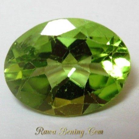 Batu permata peridot hijau segar bentuk oval cut, berukuran 9mm x 6mmx tebal 5mm, berat 1.75 carat, kristal jernih bercahaya didalam dan berkerlip di permukaan.