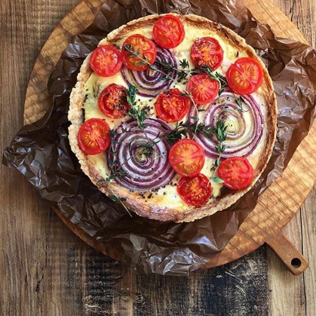 見た目の華やかさとは裏腹に レシピが簡単で嬉しいキッシュは   おもてなし料理にも喜ばれる一品。  年輪のような断面が華を添えるレッドオニオンと  色の鮮やかさをプラスするトマトを盛り込めば  あっという間にお洒落なキッシュの出来上がり。  野菜の形を活かしたお料理で、 様々な盛り付けを楽しんでみて♡ Photo by : @banchagashi   #regram #locari #ロカリ  #locari_kitchen #ロカリキッチン   #キッシュ #アペタイザー #おうちカフェ   #おもてなし料理 #素材を活かした盛り付け  #onthetable #cooking #instafood