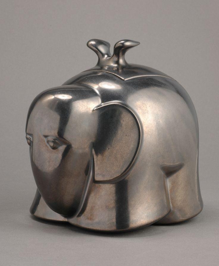 Istvan HOLLÓ: Elephant box. Poured stoneware, glaze