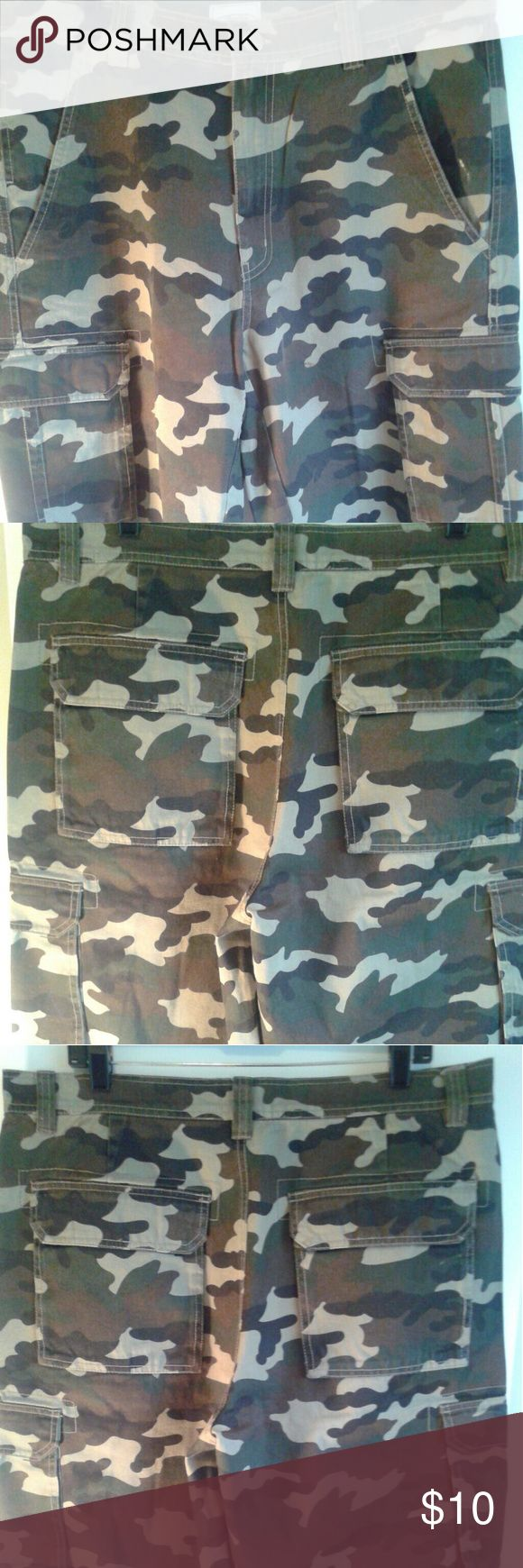JOURNEYS MEN W 34 Camo Khaki/Chino Cargo Shorts. Great for outdoor fun or any Causal occasion. No signs of wear. Measurement provided upon request. journey Shorts Cargo