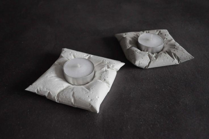 Netradiční polštářkové svícny pro čajové svíčky z bílého betonu. Jsou vhodné do interiéru i exteriéru. Reprezentují industriální styl. Jsou kombinací něžnosti se surovostí materiálu. Tato bizarní kombinace vytváří výjimečný produkt.   K zakoupení na: http://concrete-design.cz/dekorativni-betonove-svicny/24-dekorativni-betonovy-svicen-candlecrete-pilow-cw.html