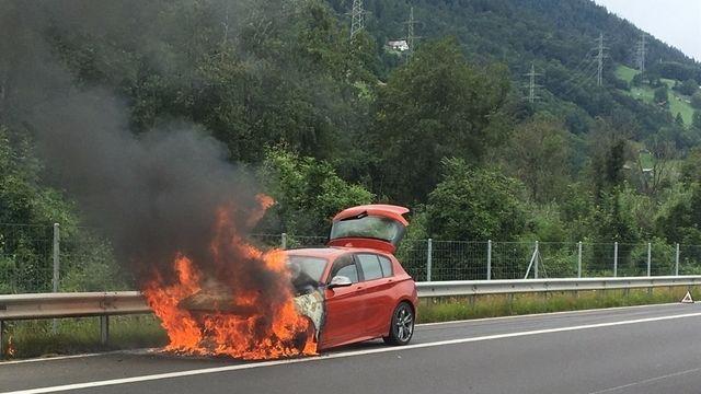 Une voiture prend feu sur l'autoroute A13