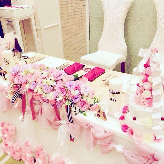 横から見た高砂♡ 自分のドレスの ストライプサッシュベルトに 合わせて高砂にも ストライプを♩  ストライプが 好きすぎる笑  式場内の装飾わ ブッリブリに したかったから 大満足やしね #高砂 #loveをふんだんに #マカロンタワーケーキ #ウェルカムケーキ  #高砂クロス #weddingキャンドル #イニシャルオブジェ #プロップス