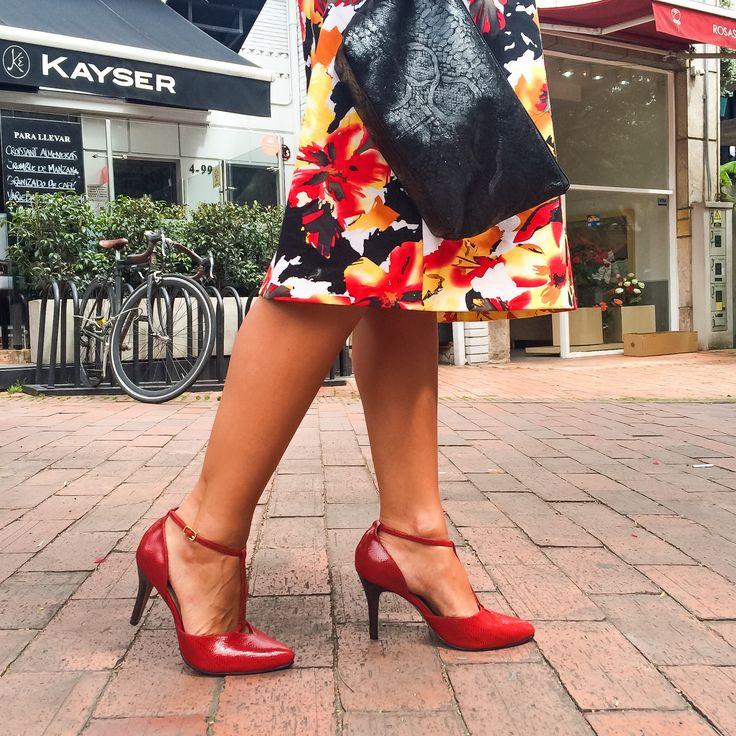 Tacones rojos y mini cartera @pielargenta  #pielargenta #shoes #tacones #heels