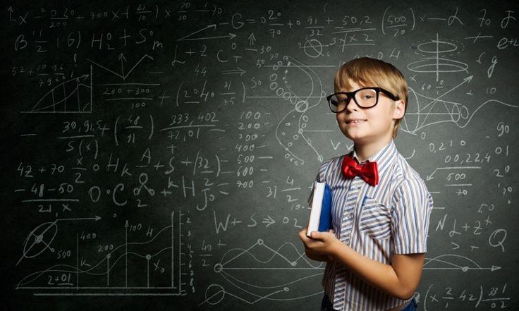 Chłopak z książką przy tablicy uczy się matematyki