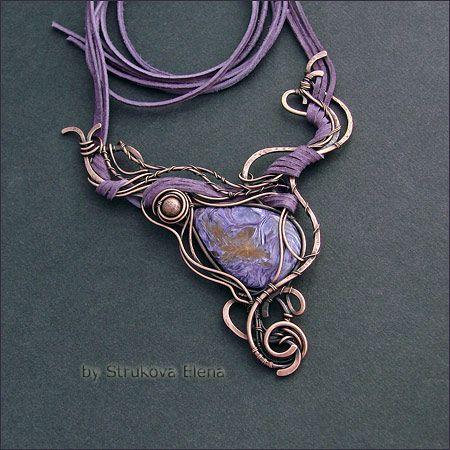 Эффектное плетёное медное ожерелье с красивым чароитом.