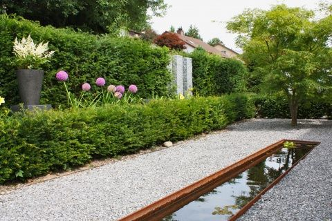 Zierbecken als Blickfang in kleinem, pflegeleichten Garten