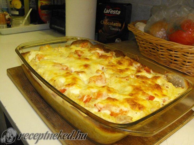 Hozzávalók: fél kg csirkemell filé orsó tészta (majdnem egy egész zacskó, kb 40 dkg) fokhagyma tejföl sajt liszt 2,5 dl főzőtejszín olaj só bors, (bolgár f