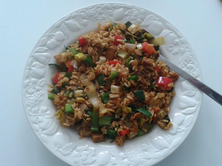 11-4 Nieuw recept uitgeprobeerd: Nasi goreng met prei en paprika (AH), maar daar m'n eigen draai aan gegeven (vlees vervangen door tofu, zelf pittig gemarineerd, met ketjap, knoflook en sambal) en oude nasi-kruiden erin opgemaakt... Hmm! Voor herhaling vatbaar!