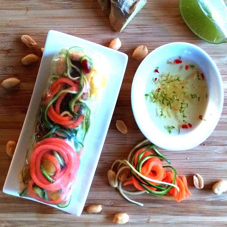 Asiatische Sommerrollen mit Gemüsespiralen und leckerem Dip.  Hier geht es zum Rezept: https://www.lurch.de/rezepte/rezepte-fuer-spiralschneider/asiatische-sommerrollen