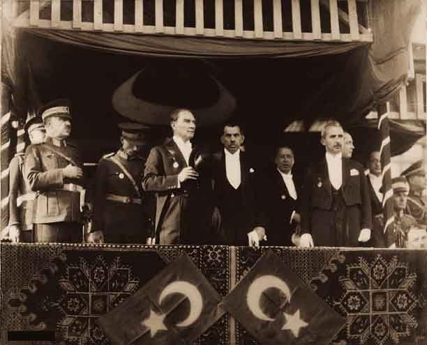 Mustafa Kemal'in 1933 Türkiye Cumhuriyeti'nin 10. Yıldönümü Konuşması soldan sağa doğru: Genelkurmay Başkanı Mareşal Fevzi (Çakmak), Cumhurbaşkanı Gazi Mustafa Kemal (Atatürk), TBMM Başkanı Kâzım Köprülü (Özalp), Başbakan İsmet (İnönü)