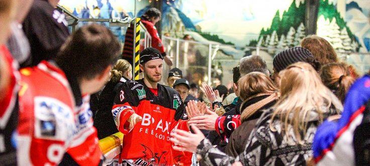 Gut gemacht: Das Verhältnis zwischen Spielern und Zuschauern ist beim Herforder Eishockey traditionell eng. Hier nimmt Timo Becker nach einem Sieg die Glückwünsche der Fans entgegen. - © Yvonne Gottschlich