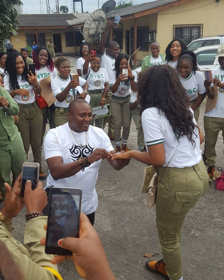 Nigerian Man Bends the Knee to Propose to His NYSC Babe in Port Harcourt (Photos) http://ift.tt/2lHH7pE