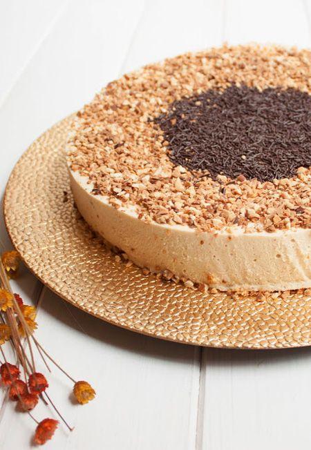 Como la época lo requiere, hoy presentamos, desde el blog El Obrador de Javi, otra sencilla y deliciosa tarta de turrón de Jijona, con almendras y fideos de chocolate. Suave, exquisita y muy oportuna. Ingredientes: 1 base de bizcocho 400 gr de turrón de Jijona 2 yemas de huevo 50 gr de azúcar 15…