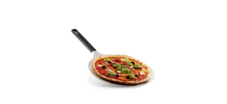 Pratica e funzionale la #PalaPizza di #EvaSolo, realizzata in #acciaioinox, ti permette di far scivolare facilmente la #pizza. Il #manico realizzato in #silicone evita di scottarsi, e la parte forata consente di appendere la pala direttamente alla #griglia.  #villamontesiro #fratelli_villamontesiro #villa_casalinghi #ul_piatè_de_munt