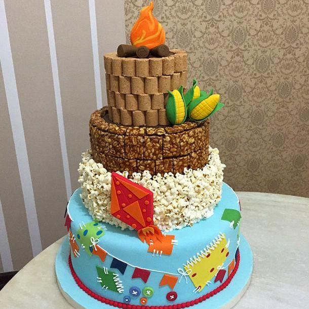 achados do instagram: doces juninos. Bolo fake para festa junina feito com paçoca, pé-de-moleque e pipoca.
