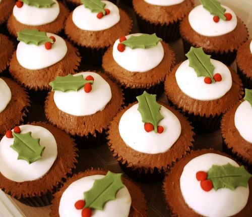 Christmas Pudding Cupcakes - Want to make these with fruit cupcakes