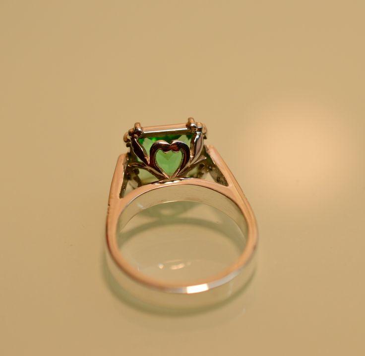 Anillo cristal tonalidad verde en plata 925, con circonias laterales. Vista inferior donde se ve el diseño con corazones