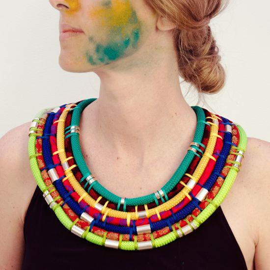 Metal beads, braided multi colored cord and shantung, jacquard or twill cords. Piezas metálicas, cordón trenzado de distintos colores y cordón de tejidos de seda como shantung, jacquard o twill de saree.