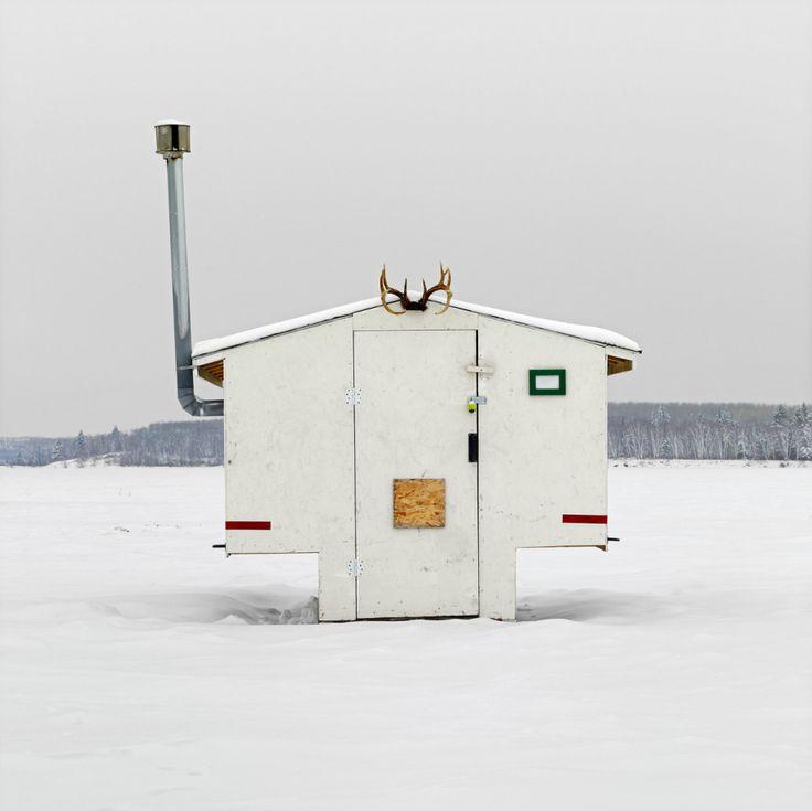 Richard Johnson se passionne pour les pêcheurs sur glace qui occupent les lacs gelés du Canada l'hivers pour essayer d'attraper des poissons à travers des trous percés dans la glace et surtout pour les petites cabanes qu'ils se construisent pour se protéger du froid et du vent.cabanne-peche-canada-b04
