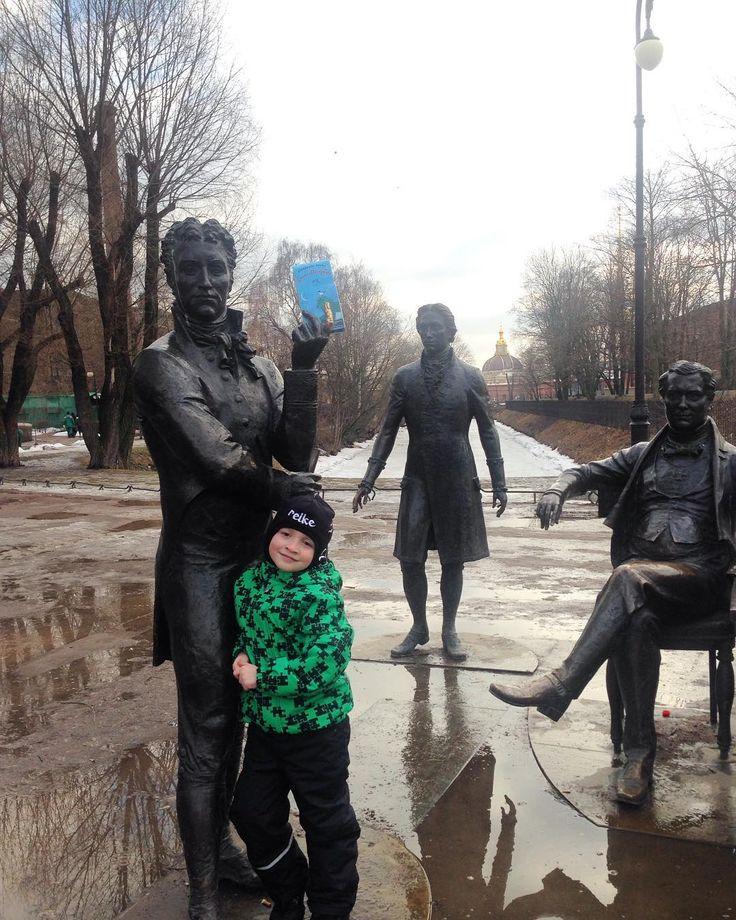 """Для меня Петербург засыпает на зимние месяцы и выбираться в центр на прогулки не хочется а потому и не получается. Зато с наступлением весны когда ветер и влажность вместе с легким морозом не грозят обморожением так и тянет сбежать в сердце города.  Лучший способ узнавать что то новое - это игра а еще лучше - активная подвижная игра с заданиями-загадками которая способна расшевелить извилины и взрослых и детей. Игра которая не даст спокойно усидеть на  месте - """"Городское ралли…"""