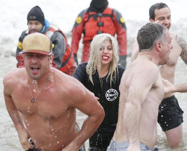 Lady Gaga Se Sumergió En Las Aguas Heladas Del Lago Michigan Por Una Noble Causa