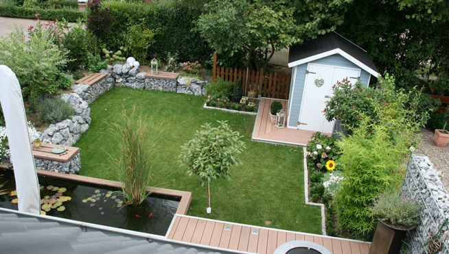 Garten mit Bänken und Gartenhaus