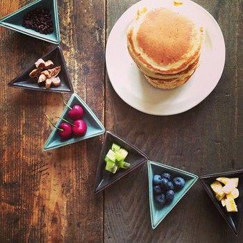 ガーランドをイメージして作られた小さな器たち。 乗せる食材や料理、並べ方によってさまざまな表情を楽しむことができるのもうれしいですね!