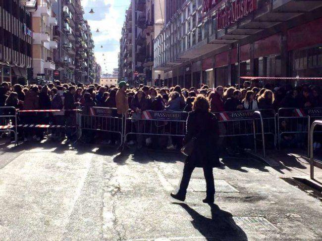Isolato chiuso al traffico, fan in coda sin dalla mattina per l'incontro con il cantante, a Bari per il fimacopie del suo nuovo album per assicurarsi l'accesso...