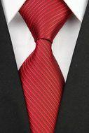 Stropdas Norwich - Zwart Rood Gestreept  Description: Stropdas Norwich Een stropdas die bij iedere gelegenheid past dat is nog eens gemakkelijk kiezen. Je kunt nu de rode stropdas met een zwarte streep erdoorheen bekijken en dan zie je dat het een mooie kleur is die je vast en zeker wil dragen. Draag je vaak een wit overhemd? Dan is het goed om eens wat meer kleur aan te brengen in je outfit. Extra opvallend hoeft niet maar wat speelsheid is altijd mooi. Zorg er daarom voor dat je voor deze…