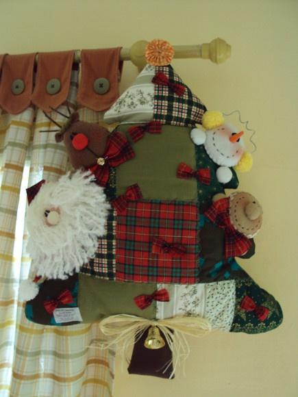 Arvore natalina feita em tecido de algodão com noel, ginger, neve e rena. R$45,00