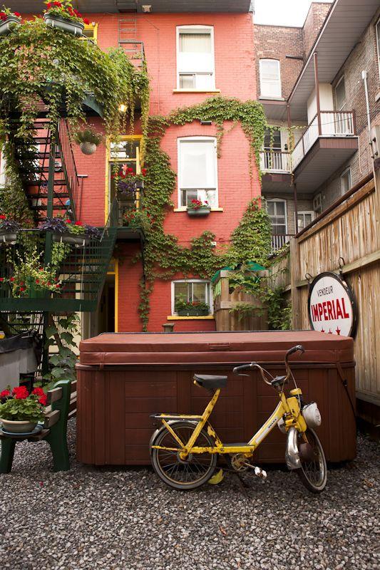 L'été, découvrez la ville en faisant des ballades à pieds ou en vélo à travers les rues de Montréal !