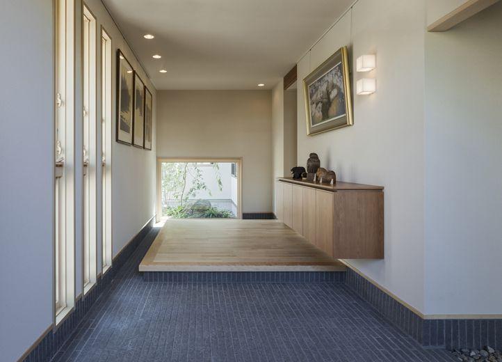 広々とした玄関には、絵画を掛けられるようピクチャーレールを
