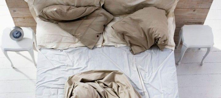 Como deixar a cama desarrumada pode fazer bem a saúde?A cama desarrumada é mais seca e fria, exterminando-os por desidratação.  Se você nunca arruma a cama, remove a humidade dos lençóis e do colchão, deixando os ácaros desidratados e à beira da morte, porque eles não conseguem sobreviver em ambientes quentes e secos.