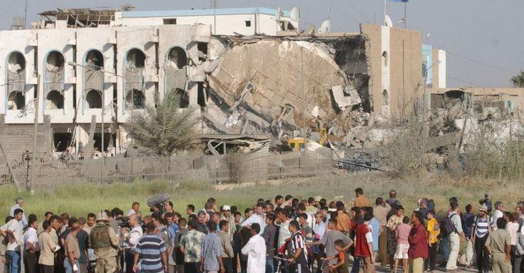 Pessoas observam prédio da sede da ONU em Bagdá destruído após explosão de caminhão-bomba. O atentado deixou 22 mortos, incluindo o diplomata brasileiro Sérgio Vieira de Mello, que na época ocupava o cargo de representante do secretário-geral das Nações Unidas no Iraque